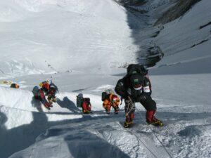 alpinistes en cordé avec leurs équipement de sécurité et protection